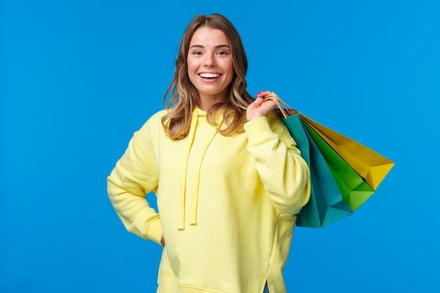 Czas zakupów. dziewczyna relaks po ciężkim dniu pracy, kupując rzeczy w sklepie w weekend