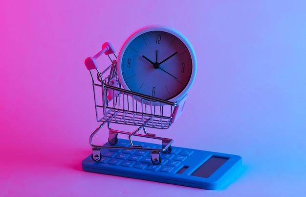 Czas zakupów. wózek do supermarketów z kalkulatorem, zegarem w modnym świetle neonów