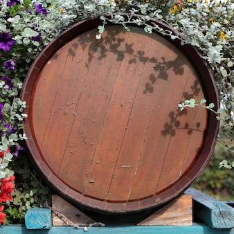Czas zbiorów wina z beczki z winem we francji.
