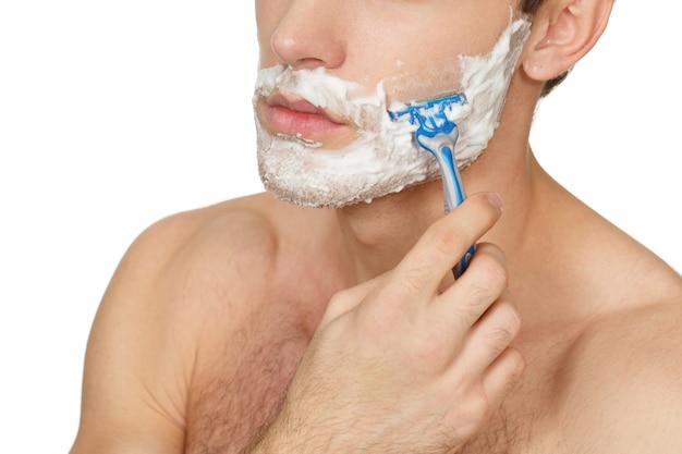 Czas zmienić wygląd. przycięte zbliżenie człowieka do golenia twarzy na białym tle