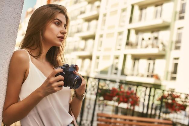 Czas zrobić zdjęcia piękna dziewczyna stojąca na letnim tarasie