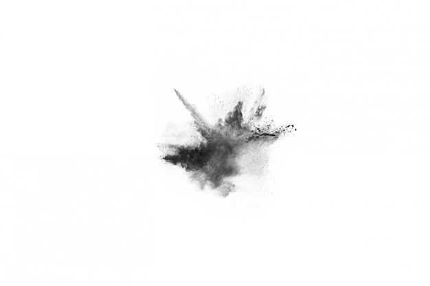 Cząstki węgla drzewnego na białym tle, abstrakcyjny proszek splatted na białym tle.