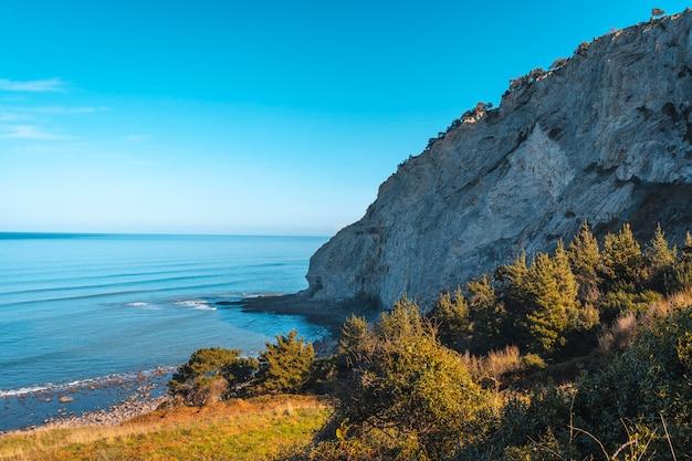 Czaszka na kamieniach na wybrzeżu od deba do zumaia. kraj basków