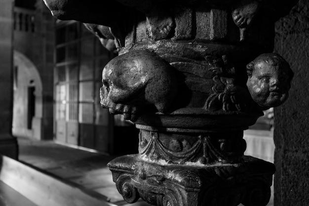 Czaszka w kościele szczegół w kolumnie kościoła w la alberca hiszpania
