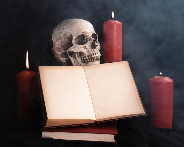 Czaszka z makiety książki i świec