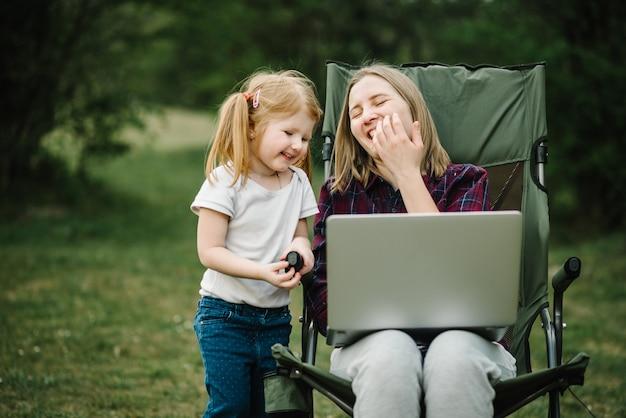 Czatuj online z rodziną na laptopie na pikniku w przyrodzie