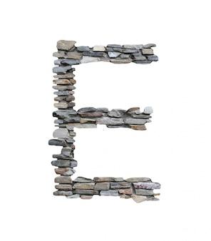 Czcionka e do tworzenia z kamiennej ściany na białym tle.
