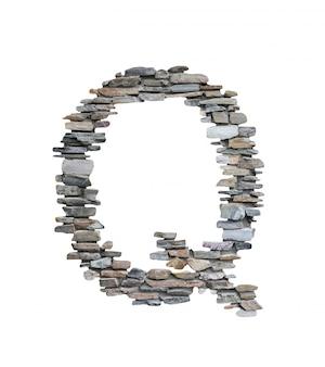 Czcionka q stworzyć z kamiennej ściany na białym tle.
