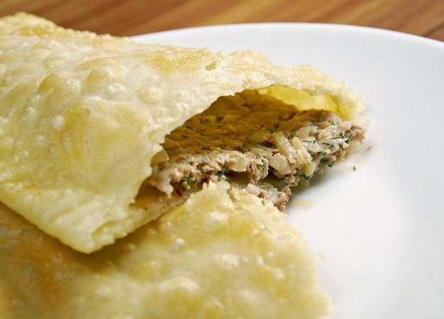 Czeburek z mięsem - tradycyjna potrawa kaukaska.danie narodowe tatarów krymskich oraz ludów kaukaskich i tureckich, popularne zakaukazie, azja środkowa, rosja, ukraina, w turcji i rumunii.