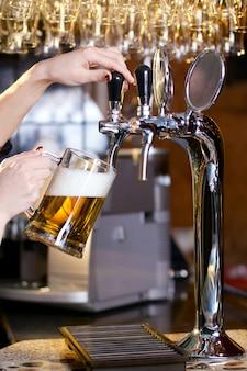 Czekająca kobieta nalewa piwo