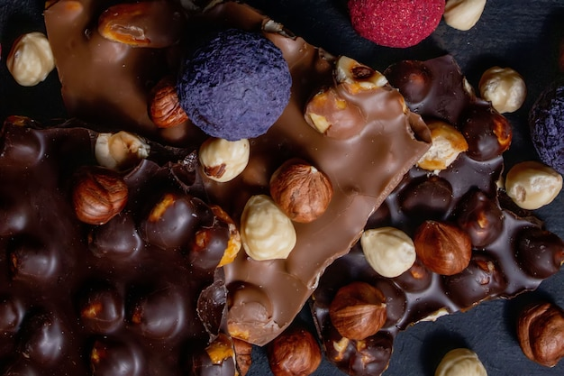 Czekolada. asortyment wykwintnych czekoladek w czekoladzie białej, deserowej i mlecznej. praliny czekoladowe słodycze.