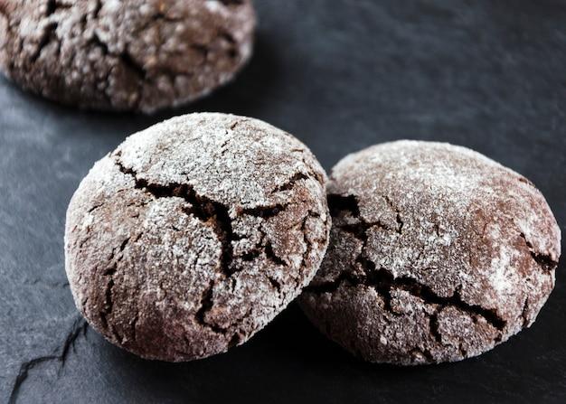 Czekolada crinkles. ciasteczka czekoladowe w cukrze pudrze
