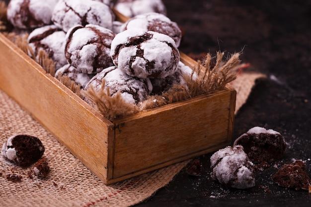Czekolada crinkles. tradycyjne świąteczne wypieki.