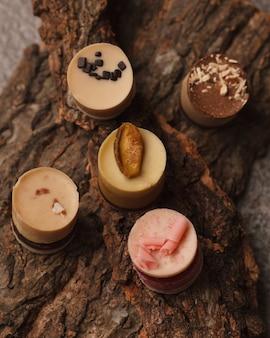 Czekolada i cukierki czekoladowe. różne czekoladki i cukierki do kawy i herbaty.