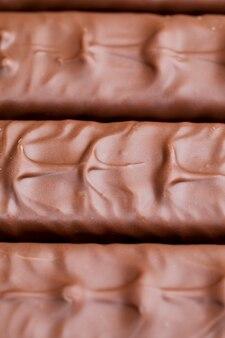 Czekolada z kakao i miękkiego nugatu z karmelem, kremowy nugat oblany mleczną czekoladą