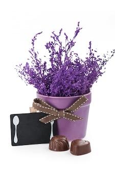 Czekoladki i tablica z fioletowym garnkiem