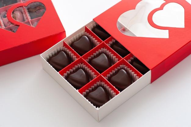 Czekoladki, serduszka z jagodami, ręcznie robione w pięknym czerwonym pudełku tekturowym, zbliżenie
