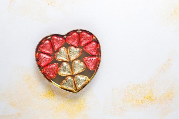 Czekoladki w kształcie serca na walentynki, dekory.