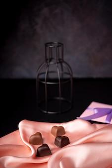 Czekoladki walentynkowe na satynie z prezentem