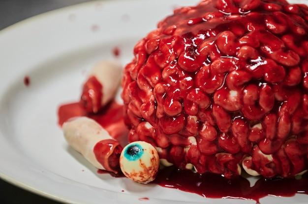 Czekoladowa babeczka dyniowa ozdobiona lukrem w kształcie mózgu selektywnej ostrości z serii zabawne...