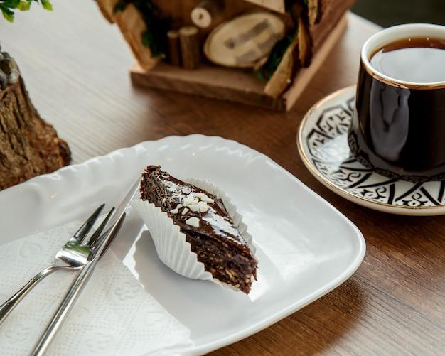 Czekoladowa baklava z orzechami i filiżanką herbaty