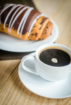 Czekoladowa bułka z filiżanką kawy
