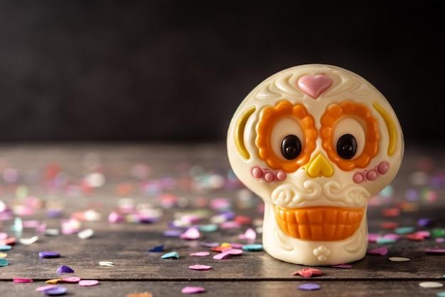 Czekoladowa meksykańska czaszka na drewnianym stole