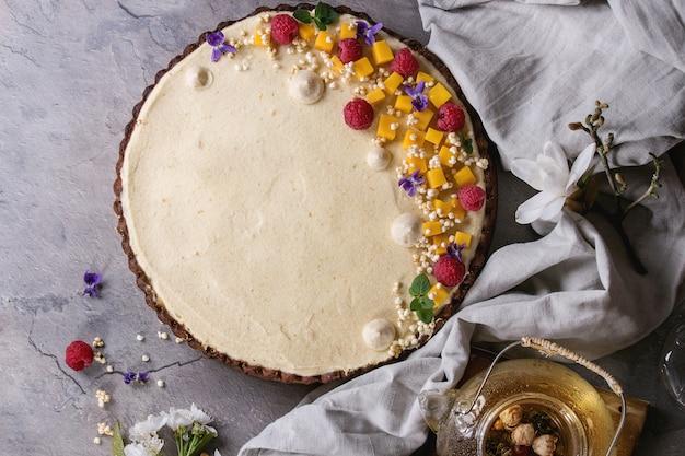 Czekoladowa tarta z mango i malinami