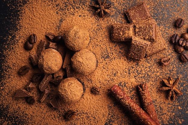 Czekoladowa trufla, truflowe cukierki czekoladowe z proszkiem kakaowym. domowe kulki świeżej energii z czekoladą. gourmet różne trufle wykonane przez czekoladę.