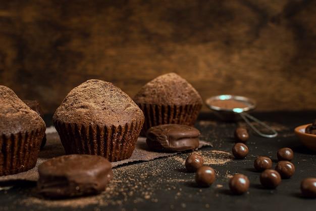 Czekoladowe babeczki i chipsy kakaowe