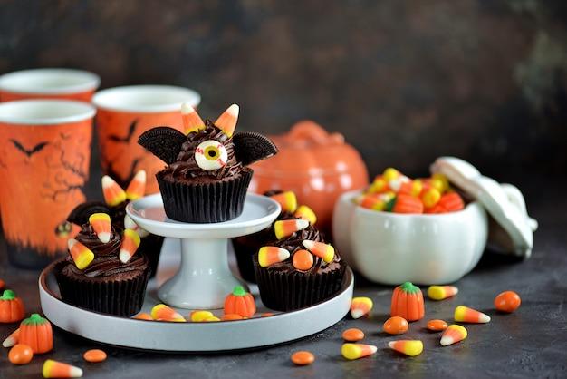 """Czekoladowe babeczki """"nietoperze"""" - pyszne wypiekowe słodycze z okazji halloween."""