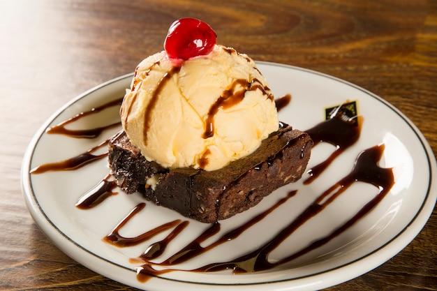 Czekoladowe brownie z lodami waniliowymi