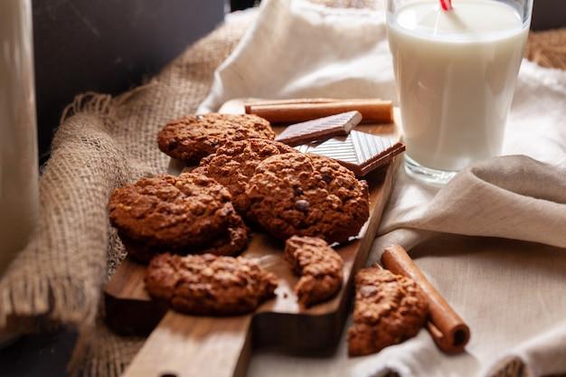 Czekoladowe chrupiące ciasteczka ze szklanką mleka z bliska