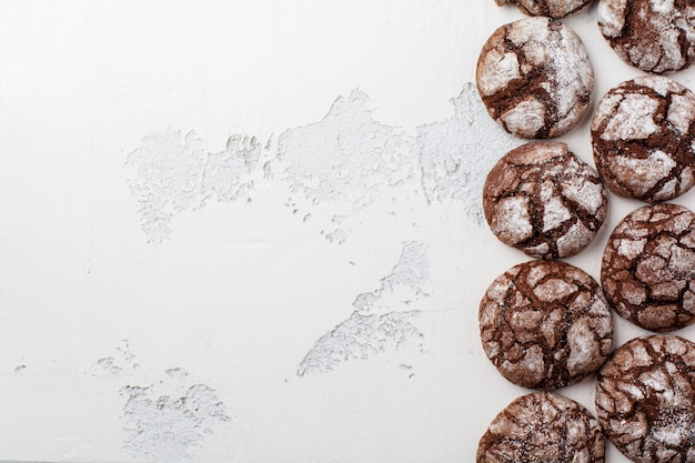 Czekoladowe ciasteczka brownie w cukrze pudrem. czekolada crinkles