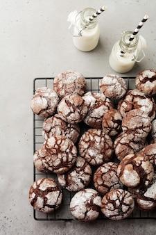 Czekoladowe ciasteczka brownie w cukrze pudrem. czekolada crinkles.