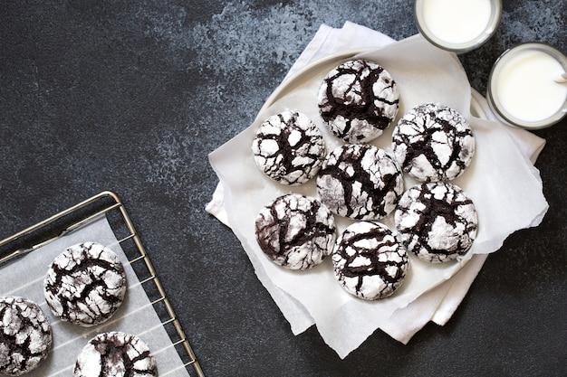 Czekoladowe ciasteczka. domowe czekoladowe marszczone ciasteczka cukier puder z mlekiem
