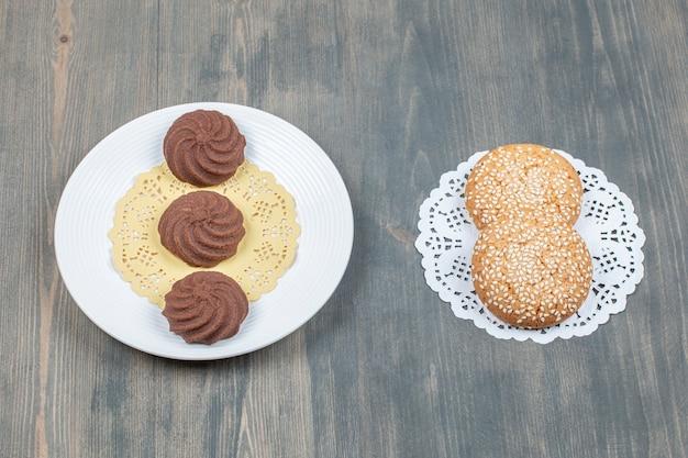 Czekoladowe ciasteczka i ciasteczka z sezamem
