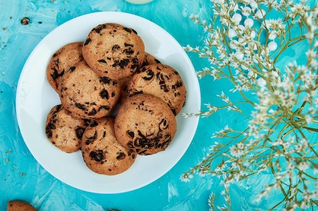 Czekoladowe ciasteczka i kwiaty