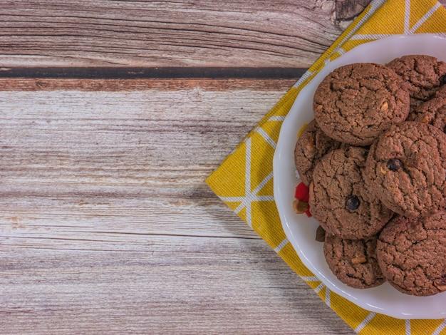 Czekoladowe ciasteczka na białym dysku do koncepcji żywności