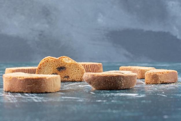 Czekoladowe ciasteczka na białym tle na niebieskim tle.