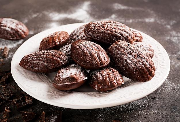 Czekoladowe ciasteczka na czarny stół