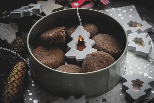 Czekoladowe ciasteczka na tle bożego narodzenia w widoku z góry dekoracje na nowy rok