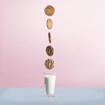 Czekoladowe ciasteczka nad szklanką mleka