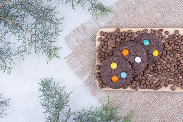 Czekoladowe ciasteczka ozdobione cukierkami i ziarnami kawy