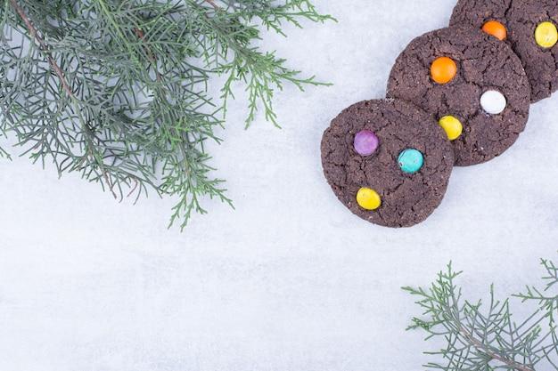 Czekoladowe ciasteczka ozdobione kolorowymi cukierkami
