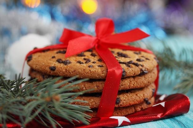 Czekoladowe ciasteczka przewiązane czerwoną wstążką