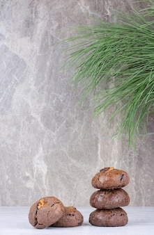 Czekoladowe ciasteczka z jądrami orzecha włoskiego na marmurowym tle. zdjęcie wysokiej jakości