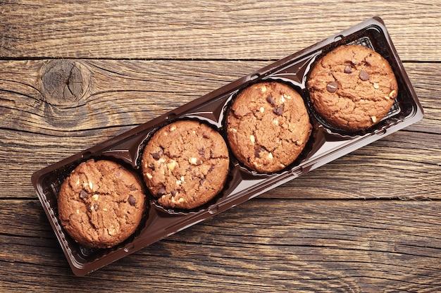 Czekoladowe ciasteczka z orzechami w opakowaniu