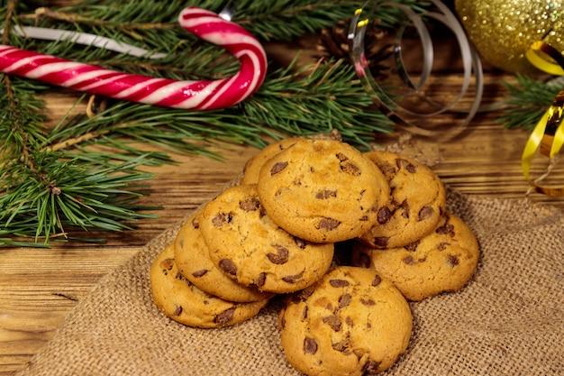 Czekoladowe ciasteczka ze świąteczną dekoracją na drewnianym stole