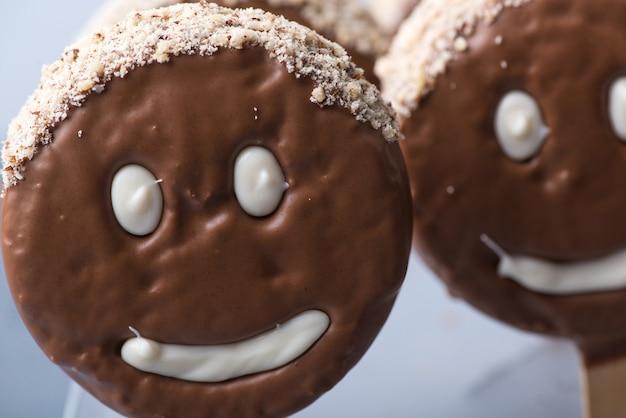 Czekoladowe ciasteczko w kształcie buźki